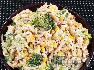 Салата от паста (макарони), броколи, царевица, сметана и синьо сирене